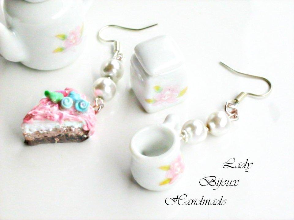 Orecchini pendenti con miniatura torta panna e fragola e tazza in porcellana