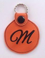 Portachiavi personalizzato con iniziale in ecopelle arancio.
