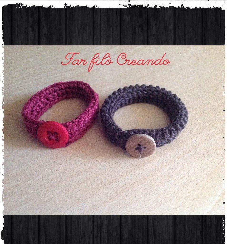 Bracciale in cotone italiano lavorato a crochet con chiusura a bottone