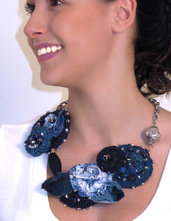Collana all'uncinetto ricamata a mano con fiori e foglie all'uncinetto e denim