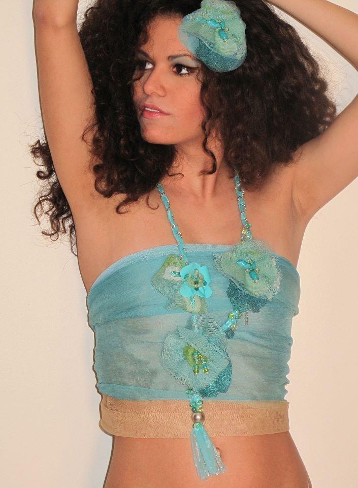 Collana ricamata a mano con fiori in tulle e rafia dipinti a mano ispirata alle Sirene