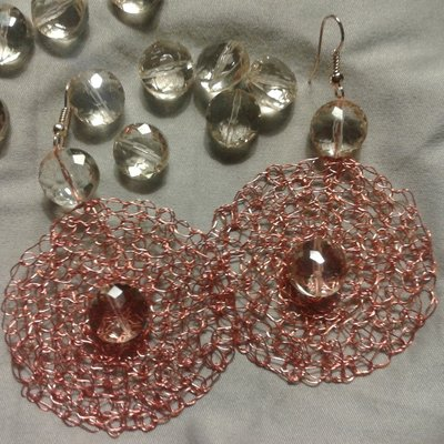 orecchini realizzati a mano in rame colorato, cristalli e pietre dure