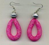 Orecchini con creola in tubolare rosa shocking e pallina in metallo inciso