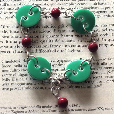 B52.14 - Bracciale in argento con bottoni verdi e perle