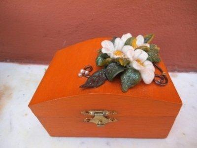 scatola in legno dipinto con decorazioni in fimo