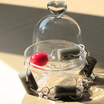 B53.14 - Bracciale in argento con bottoni grigi vintage e perle rosse