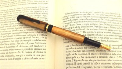 IDEA REGALO NATALE  - PENNA STILOGRAFICA di pregio in legno di PENNA STILOGRAFICA in celluloide simil TARTARUGA  con intarsio a cabochon  - no made in china, no fimo, lavorata a mano. idea regalo, Compleanno