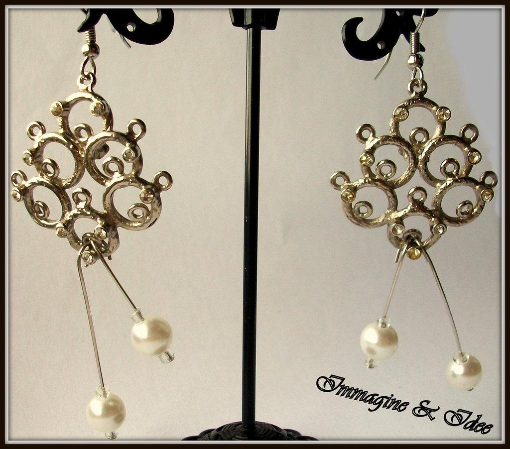 Orecchini chandelier in metallo e perle color avorio
