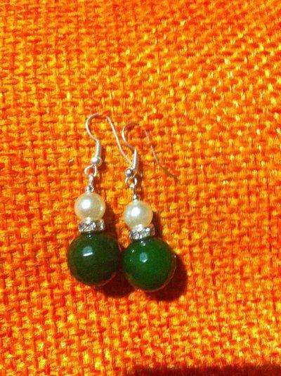 Orecchini con perle e pietre verdi