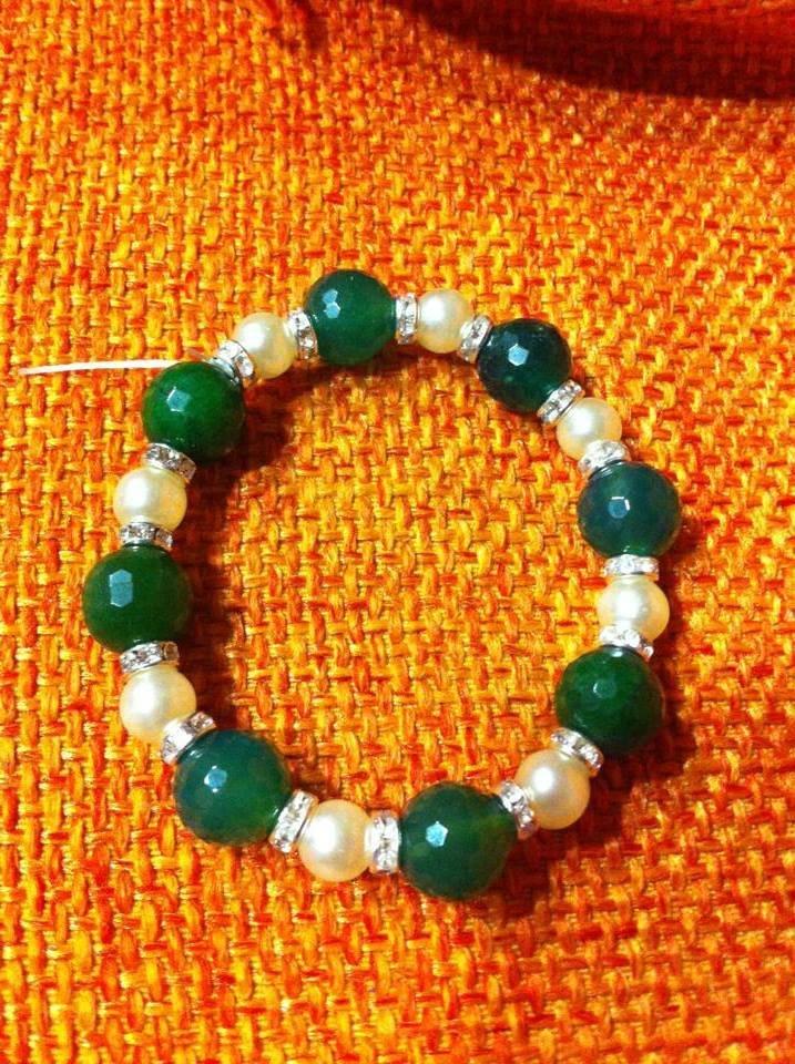 Bracciale con perle e pietre verdi