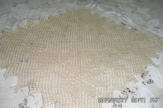 Centrino ovale con ricamo floreale, colore beige, ideale come soprammobile.