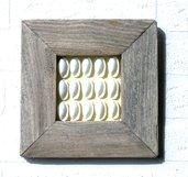 MULTIPLI , quadretto con conchiglie e cornice in legno vecchio