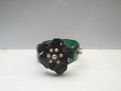 Braccialetto rigido in plastica riciclata e perline fatto a mano - Romantic flower.