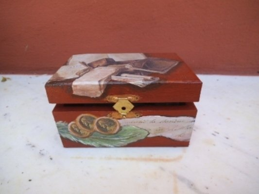 scatola in legno decorata con immagini di libri.