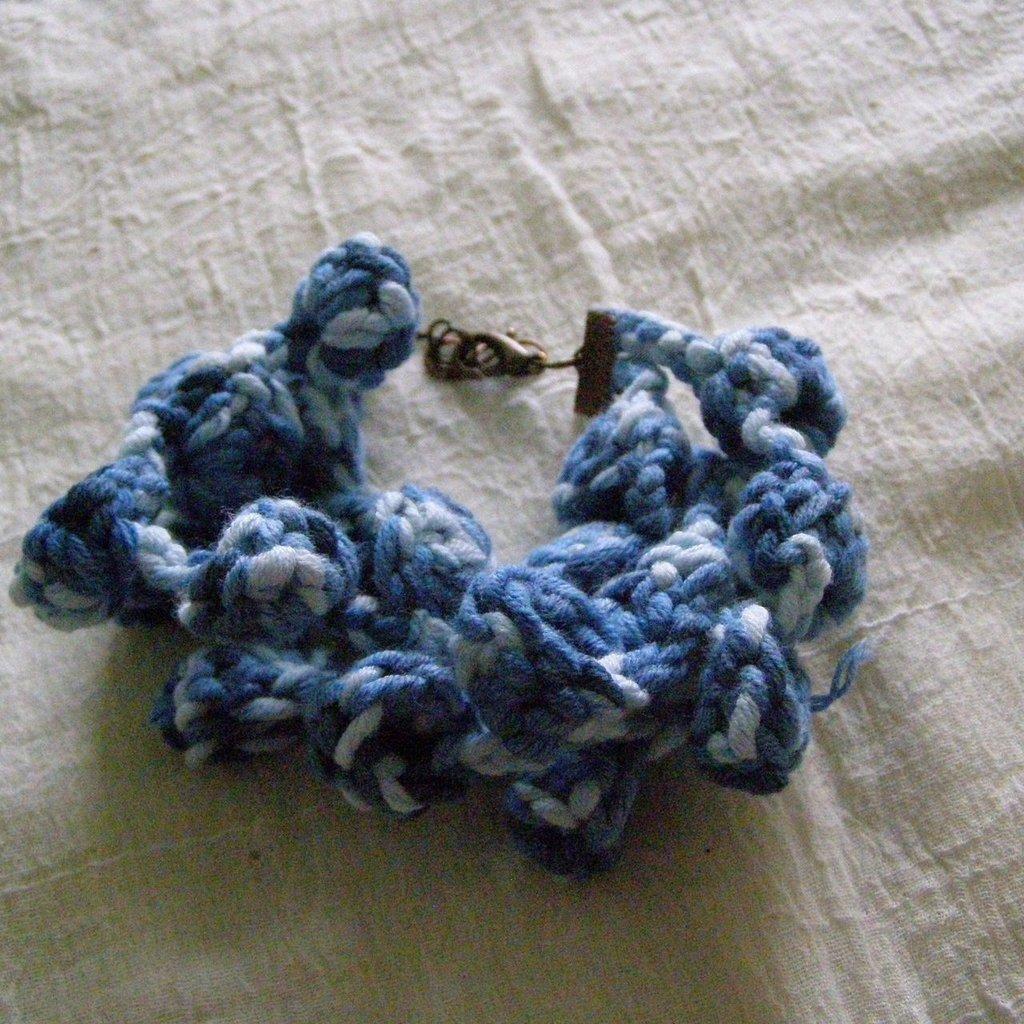 braccialetto all'uncinetto con motivo a campanelle azzurro