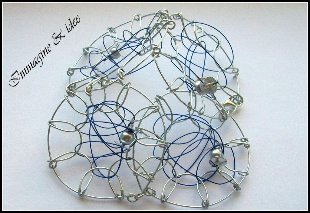 """Bracciale """" design"""" con filo di acciaio, perle e paillettes"""
