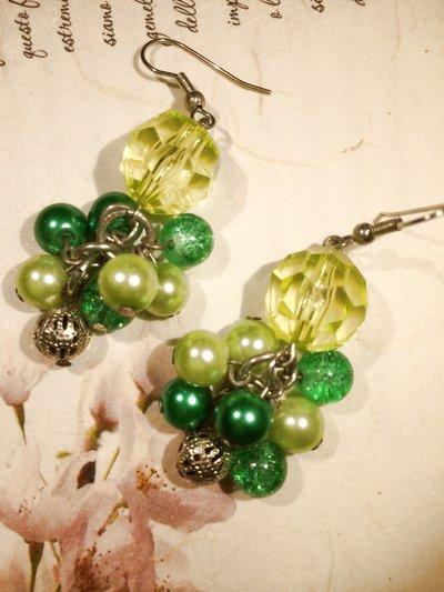 Orecchini pendenti a grappolo sulle tonalità del verde.