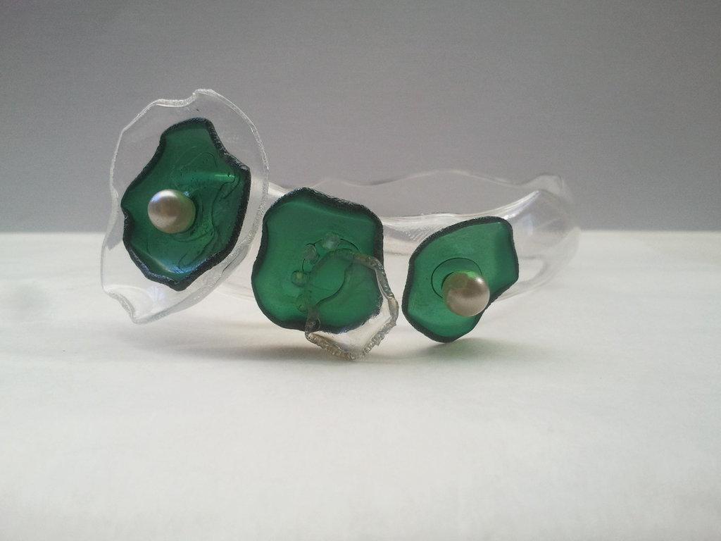 Braccialetto rigido in plastica riciclata e perline fatto a mano - Romantic shell.