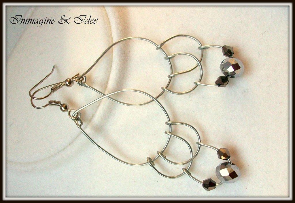 Orecchini pendenti con filo di acciaio e perle grigie