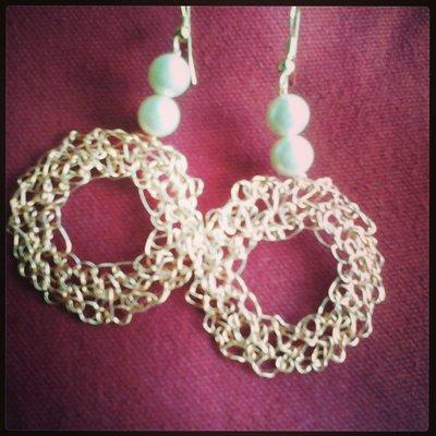 orecchini realizzati a mano in rame colorato, cristalli e pietre dure.