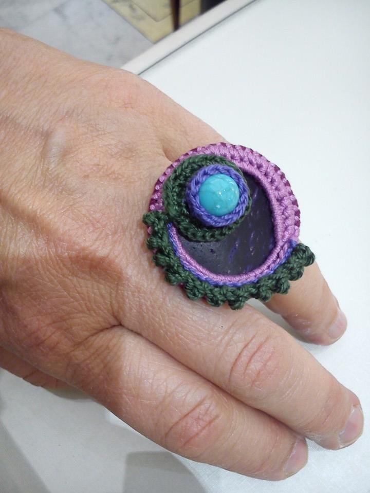 Anello realizzato all'uncinetto multicolore