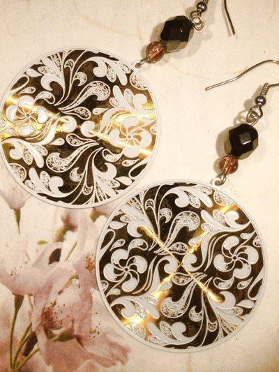 Orecchini con pendente bianco e oro.