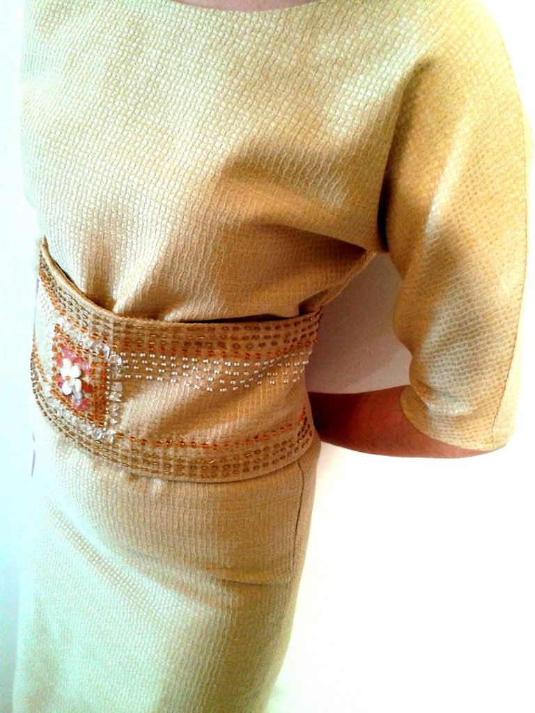 ABITO da sera di tessuto Piqué con fascia in vita. Ricamato con filo lurex oro.