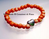 Braccialetto estivo con perle arancioni a spirali bianche fatte a mano e charm a cuore