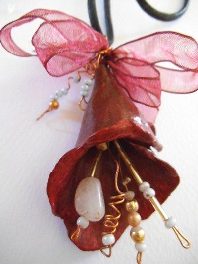 ciondolo a forma di fiore in terracotta