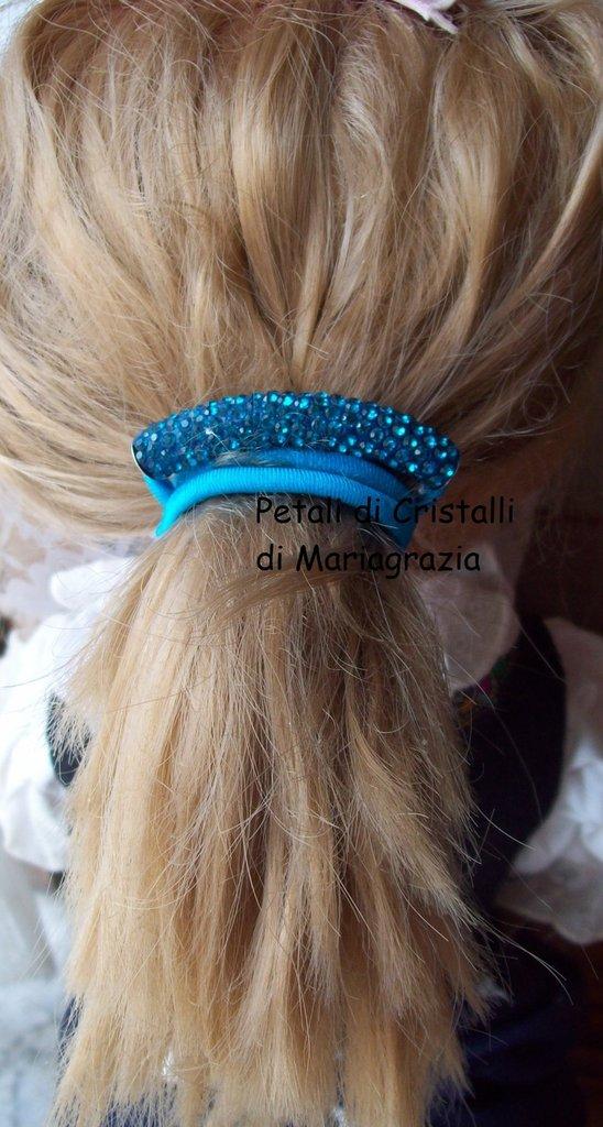 Elastico azzurro per capelli con strass.