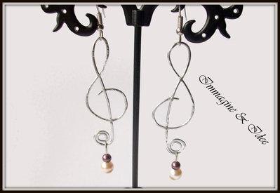 """Orecchini """"Chiave di violino"""" con perle Swarovski e alluminio"""