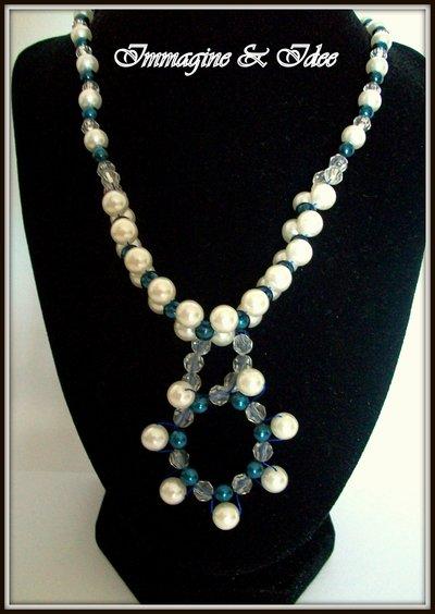 """Collana lunga """"Pearls"""" con perle blu, trasparenti e color avorio"""