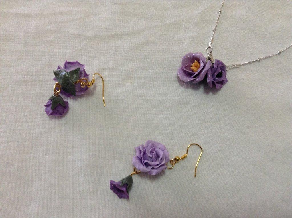 Orecchini e pendente con fiori viola