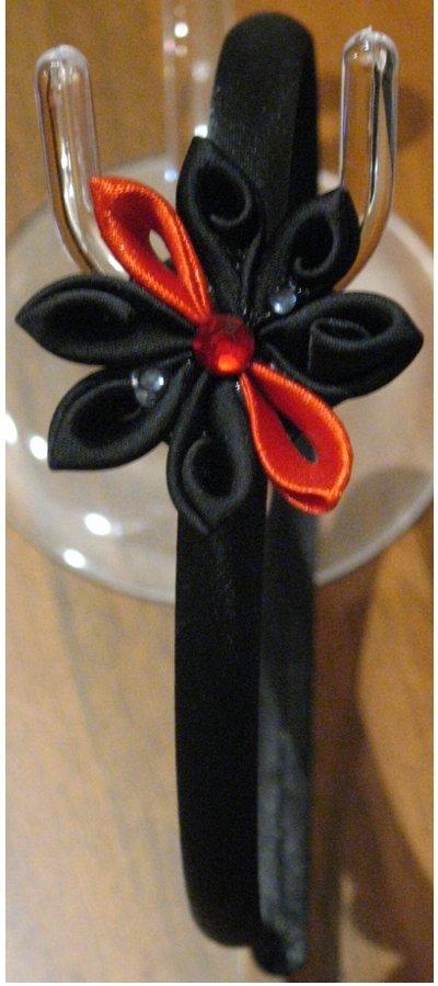Cerchietto raso nero con fiore kanzashi nero e rosso