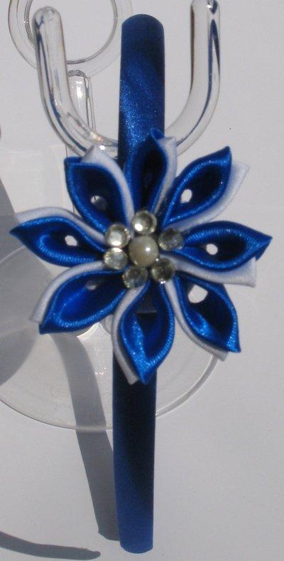 Idea regalo Cerchietto in raso blu con decoro fiore kanzashi blu e bianco