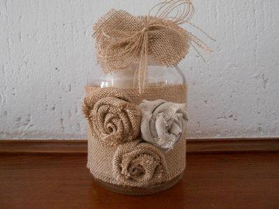 Barattolo in vetro porta candela con rose e fiocco in tela juta.