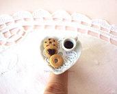 Anello piattino a forma di cuore con caffè e biscotti in fimo