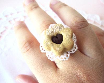 Anello biscotto canestrello con cuore di cioccolato in fimo