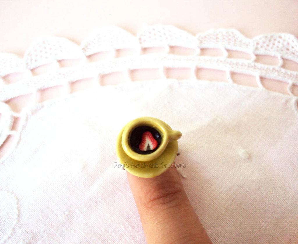 *IN OFFERTA* Anello tazzina gialla in ceramica con cioccolato e fragola