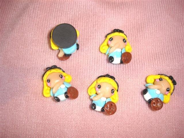 """UNA CALAMITA   FIMO  A SCELTA dalla serie """" una favola da indossare"""" - ALICE NEL PAESE DELLE MERAVIGLIE - charms adattabile ad orecchini, collane, braccialetti-"""