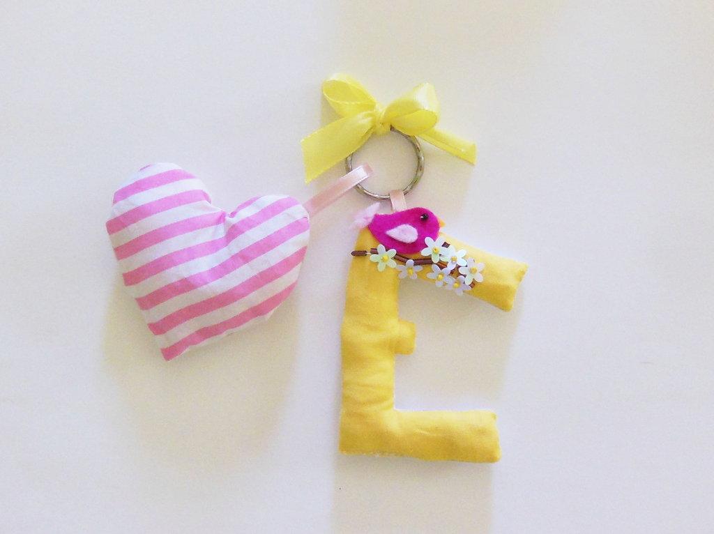 Ciondolo per portachiavi lettera di stoffa ibottita: idea regalo, bomboniera, semplice accessorio moda?