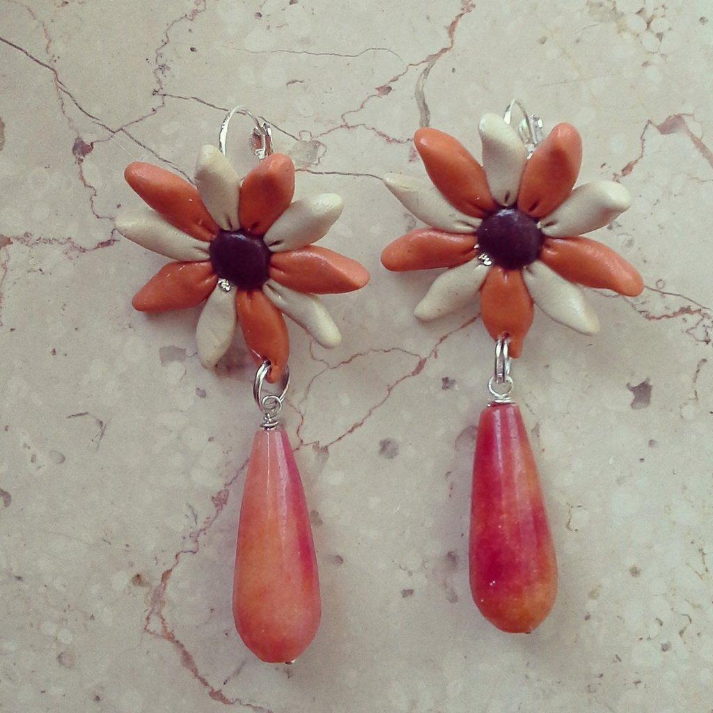 orecchini pendenti forma fiore colore panna e arancione con pietra