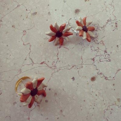 orecchini monachella in fimo forma fiore colore panna e arancione con anello