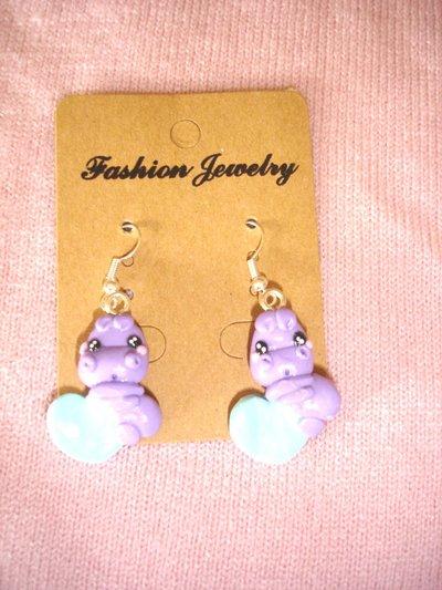 PAIO di ORECCHINI  -  - fimo -  due ippopotami lilla su cuore celeste