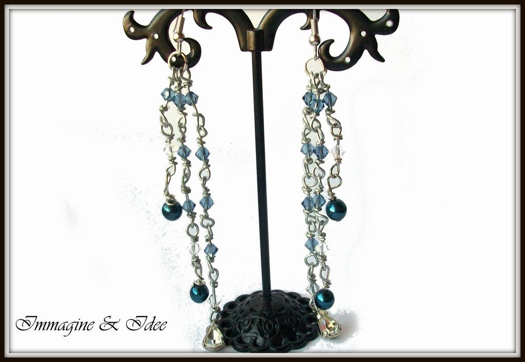 """Orecchini pendenti """"Rosario"""" con bicono Swarovski, perle e ciondoli"""