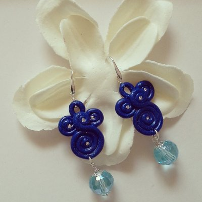 orecchini pendenti in fimo blu glitter con pietra