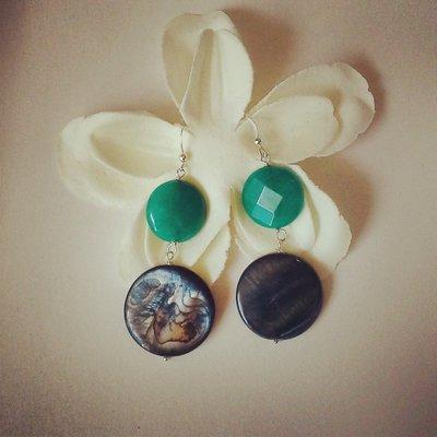 orecchini pendenti con pietre di madreperla verde e smeraldo
