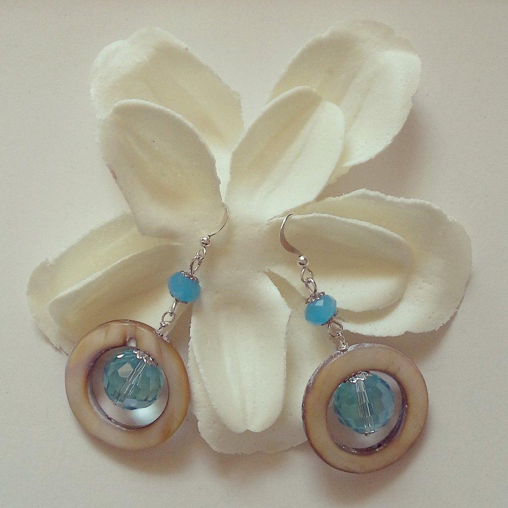 orecchini pendenti con pietre di madreperla bianca e acquamarina