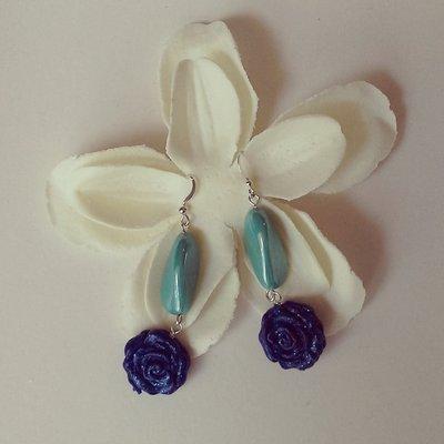 orecchini pendenti con rosa infimo blu glitter e dettaglio pietra acquamarina
