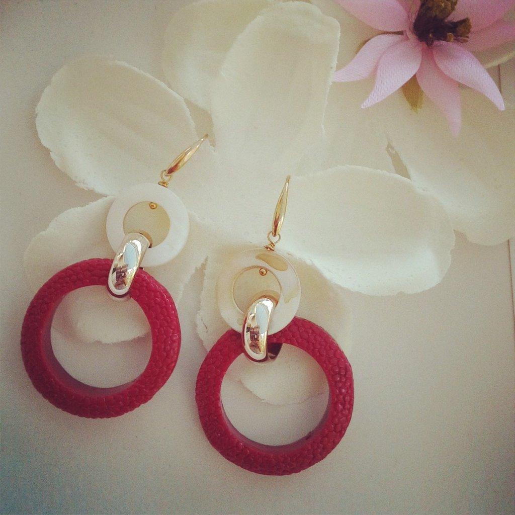 orecchini pendenti con pietre rossa e madreperla